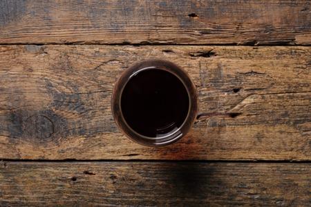 Glas Rotwein auf Holztisch. Ansicht von oben Standard-Bild