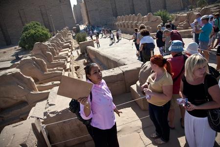 guia de turismo: Una imagen de un grupo de turistas y una guía en Egipto Foto de archivo