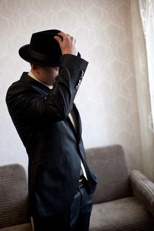 estereotipo: Una imagen de un apuesto hombre en un sombrero negro Foto de archivo