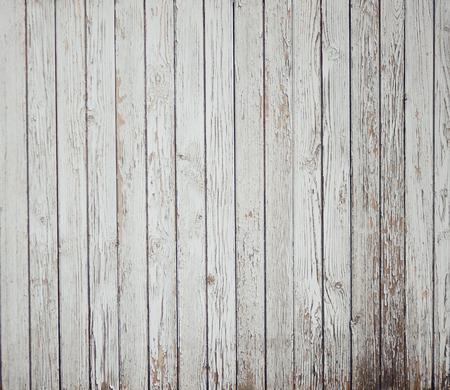 Abstrakter Hintergrund von alten gemalten weißen Brettern. Mit der Zeit bröckelt die Farbe durch Alter und Feuchtigkeit. Standard-Bild