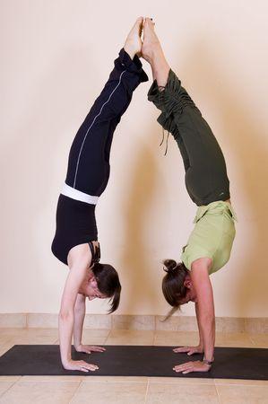 Dos bellas jóvenes señoras haciendo de espaldas handstands. Foto de archivo - 3129848