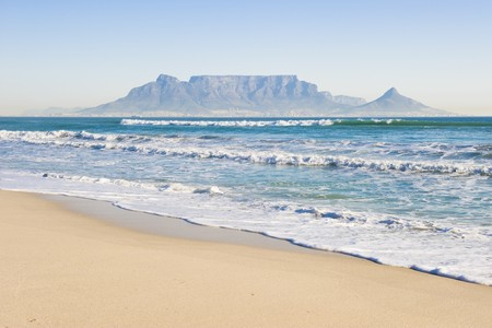Tafelberg - das weltberühmte Wahrzeichen von Kapstadt, Südafrika. Bild Winters auf einem klaren Tag von der Blouberg Strand Strand.