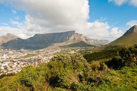 Lions Head rechts vom Tafelberg in Kapstadt.