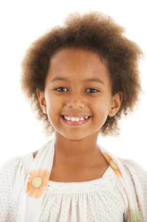 mannequin africain: Une magnifique peu yr 7 African fillette dans le studio.  Fond blanc.