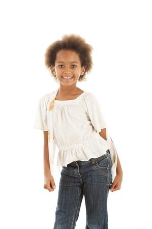 ni�o modelo: Una magn�fico 7 a�os viejos africanos ni�a en el estudio.  Fondo blanco.