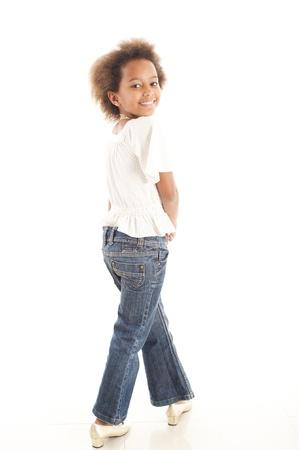 little models: Una magn�fico poco 7 yr africanos ni�a en el estudio.  Fondo blanco.