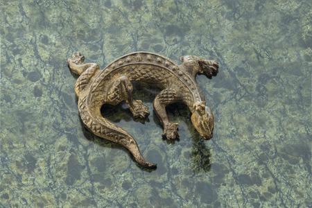 malachite: Bronze lizard on old malachite