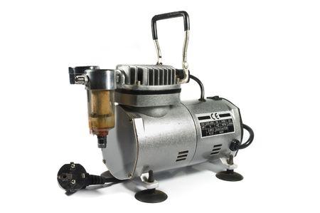 airbrushing: Compresor de aire de brillante metal aislado sobre fondo blanco.  Foto de archivo