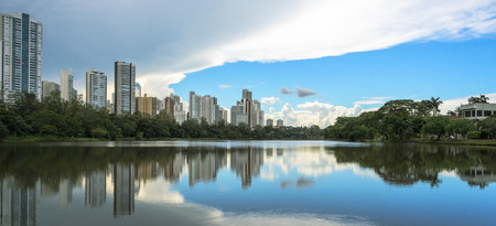 Lake reflecting on the water the city and the blue sky. Margins of the lake Igapo in Londrina, PR, Brazil. Imagens