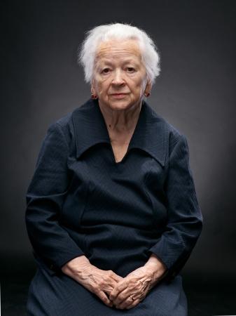 Portret van een oude vrouw op een grijze achtergrond