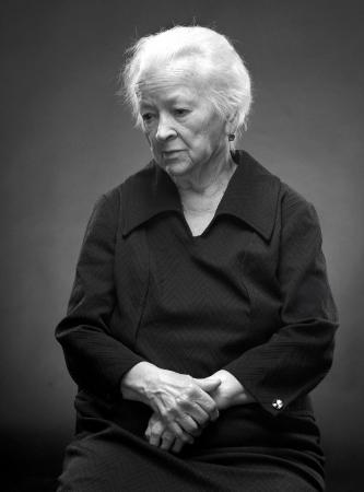 sad old woman: B & W retrato de la mujer mayor triste sobre un fondo gris
