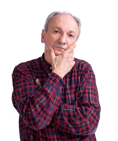 Ernstige senior man op een witte achtergrond