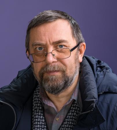 Elderly man in glasses on a violet background Banco de Imagens