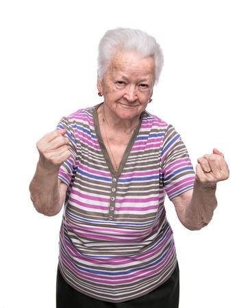 Boze oude vrouw die vuisten op een witte achtergrond