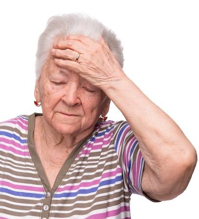 Oude vrouw die lijdt aan hoofdpijn op witte achtergrond