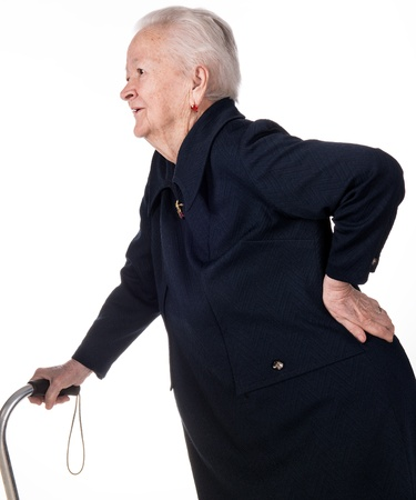 Oude vrouw die haar onderrug. Lage rugpijn
