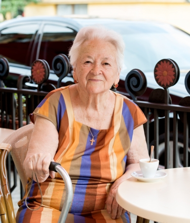 Senior woman having a cup of coffee in cafe 免版税图像 - 20480516