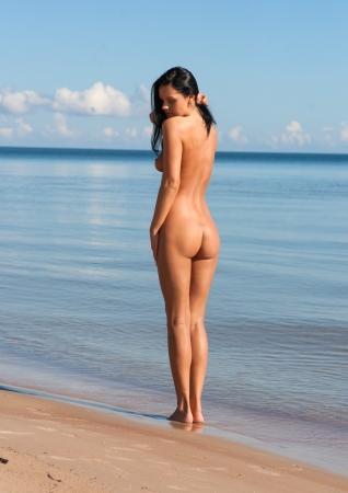 nackt: Junge nackte Frau auf einem Meer Hintergrund