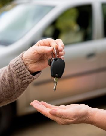 Hands and a car key 免版税图像