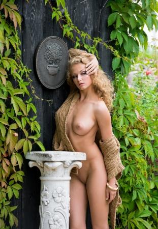 naakt: Mooie vrouw naakt poseren in de buurt van het oude landhuis Stockfoto