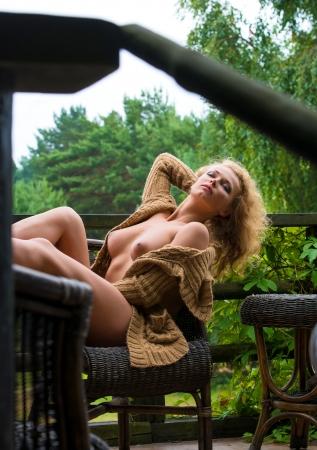 mujer desnuda sentada: Hermosa mujer desnuda sentada en el jard�n Foto de archivo