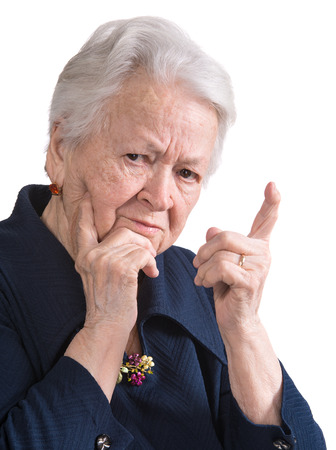 personne en colere: Vieille femme en geste de col�re sur fond blanc Banque d'images