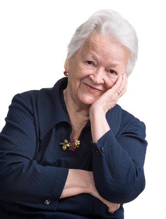 Portret van glimlachende oude vrouw op wit