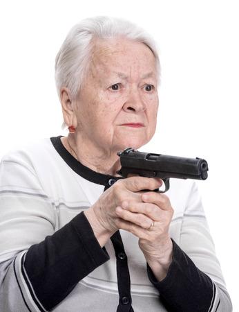 Oude vrouw met een pistool op een witte achtergrond