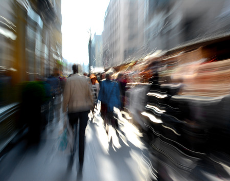 Mensen die langs de straat opzettelijke motion blur Stockfoto
