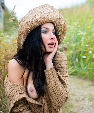 young nude girl: Junge nackte M�dchen in Strohhut gegen weiche Natur Hintergrund Lizenzfreie Bilder
