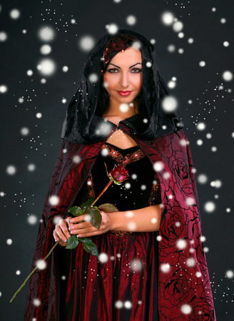 vestidos de epoca: Joven y bella mujer con una rosa en vestido medieval. Navidad y concepto