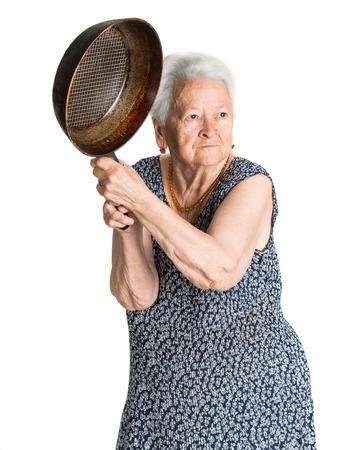 白い背景の上の鍋で怒っている老婆