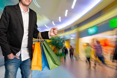 centro comercial: Hombre con bolsas de compras en el centro comercial
