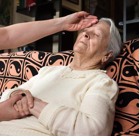 caring hands: Zorgzame handen handen van de oude dame thuis