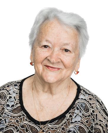 vejez feliz: Retrato de una mujer mayor que sonríe sobre el fondo blanco