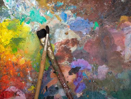 brocha de pintura: pinceles artísticos en una vieja paleta de madera Foto de archivo
