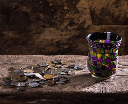 monedas antiguas: Pila de monedas antiguas en un fondo de madera Foto de archivo