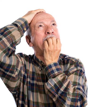 hombre viejo: Hombre mayor sorpresa en un fondo gris claro Foto de archivo