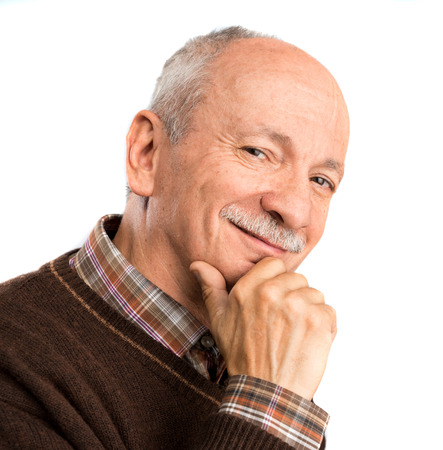 carita feliz: Retrato de un hombre mayor sonriente sobre un fondo blanco
