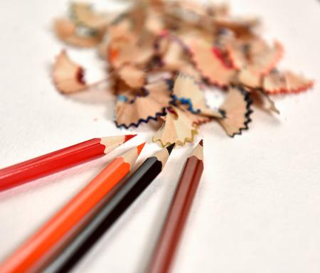 utiles escolares: L�pices de colores y virutas de l�piz sobre un fondo claro