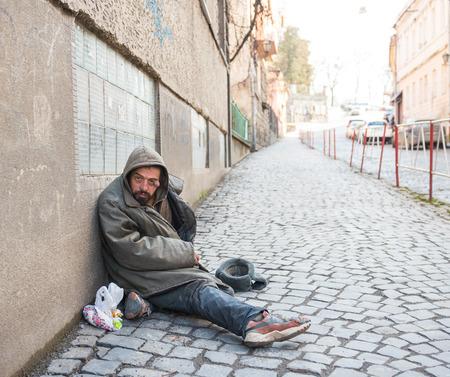 El hombre sin hogar en la calle de la ciudad