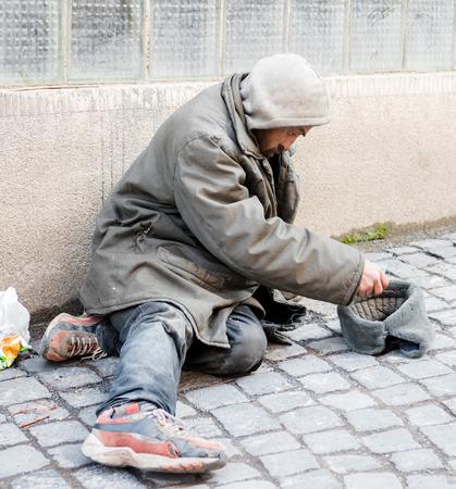volto uomo: Uomo senza casa sulla via della citt�