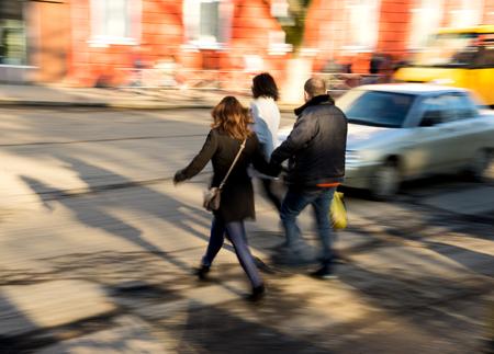 personas trabajando: las personas ocupadas de la ciudad van a lo largo de la calle. desenfoque de movimiento intencional