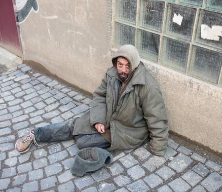 visage homme: l'homme sans-abri dans la rue de la ville Banque d'images