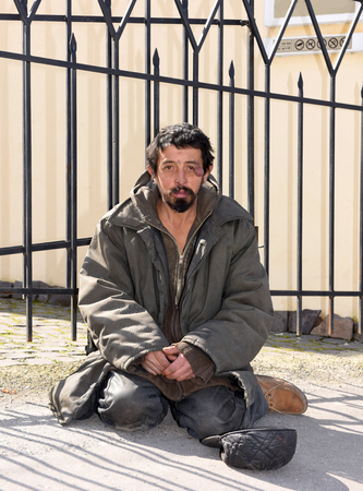 degrade: Homeless man on the street of the city. Neurofibromatosis. Three-dimensional skin formation