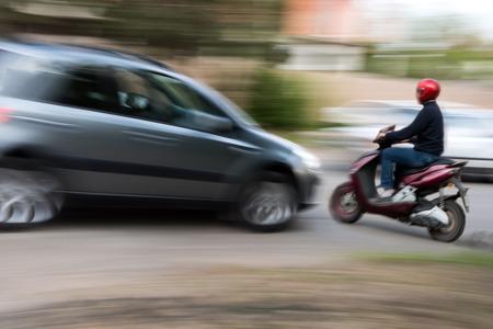 situación del tráfico de la ciudad peligrosa con un motociclista y un bus de desenfoque de movimiento