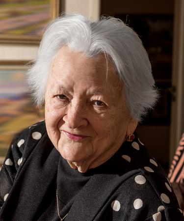 mujeres ancianas: Retrato de la mujer mayor sonriente en casa Foto de archivo