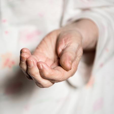 limosna: Manos de una anciana mendicidad Foto de archivo