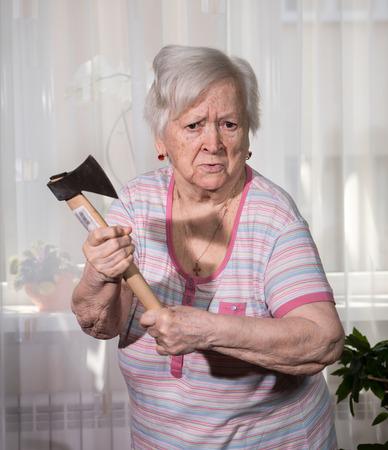 revenge: Viejo hombre enojado con un hacha presenta en el pa�s Foto de archivo