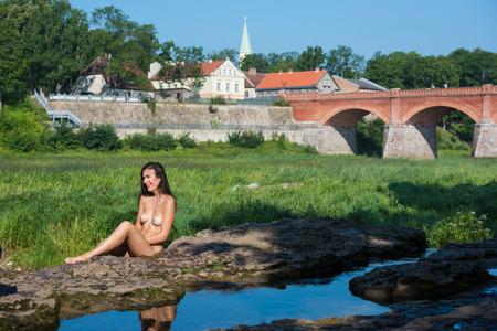 Bella giovane donna nuda godendo estate pulito il fiume